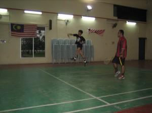Peng Chong Wei sedang jumping smash